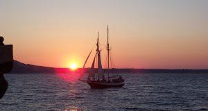 Passeio de barco ao pôr do sol pela caldeira de Santorini